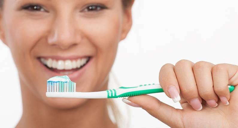 Γιατί Αποχρωματίζονται Τα Δόντια